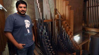 San Francisco. Juan Pablo Páez, organista de este instrumento que es uno de los más antiguos del país.