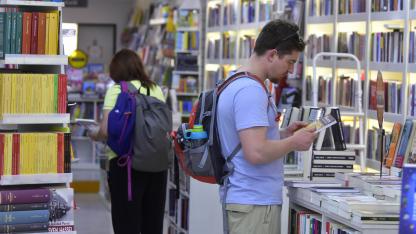 """En el centro. """"El que lee hace el esfuerzo y sigue comprando"""", aseguran los encargados de las librerías."""