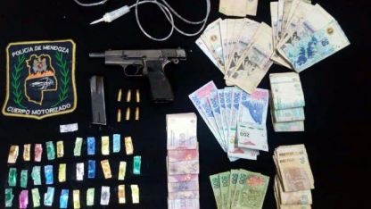 """Secuestro de """"ravioles"""" de cocaína,  plata y una 9 milímetros."""