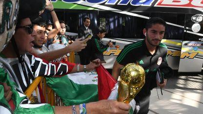 Un reducido grupo de mexicanos  recibió al plantel y los jugadores se acercaron a tomar fotografías.