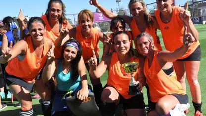 Las integrantes del equipo Las Estrelladas ganaron la copa