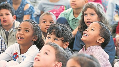 Niños venezolanos migrantes en un espectáculo de magia en Bogotá, Colombia.