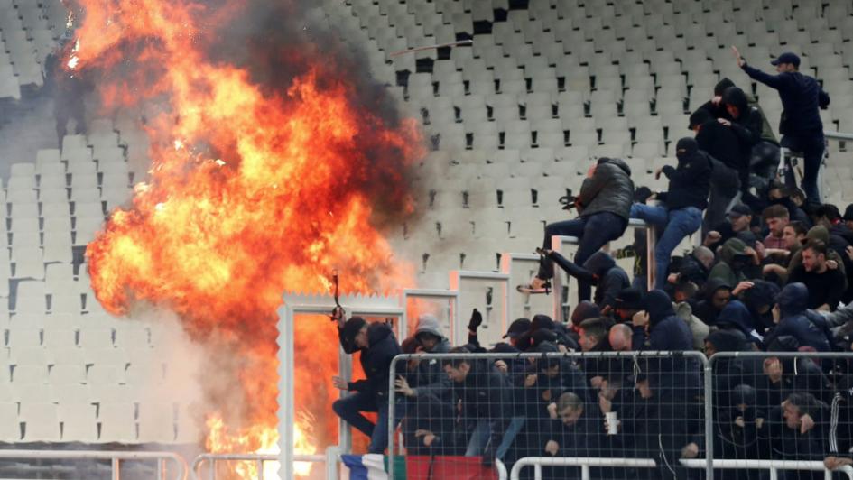 Se desata la violencia previo al AEK Atenas-Ajax