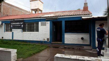 Ataque. Los menores estaban demorados en la guardia de la comisaría 56 cuando atacaron a una auxiliar de 31 años y huyeron.