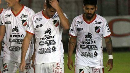 Los jugadores de Maipú se retiran tristes tras la derrota inesperada en Catamarca.