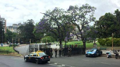 Gendarmería custodia las calles valladas.