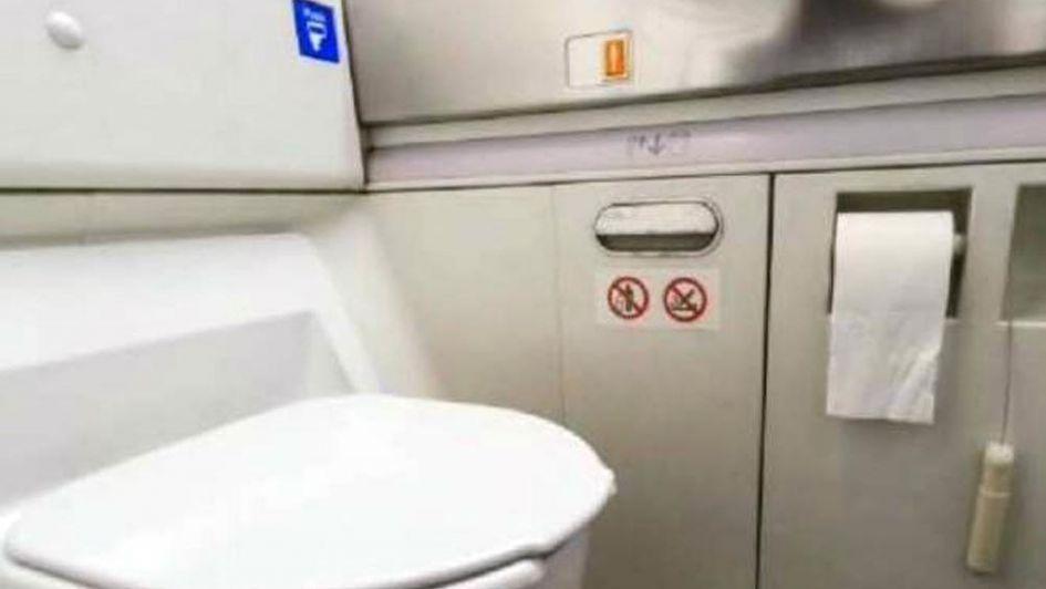 Para sumar más asientos en los aviones achican los baños