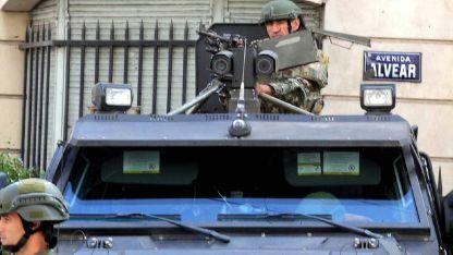 Medidas. Un vehículo blindado durante el operativo de seguridad de la Gendarmería en Recoleta, este fin de semana por el G-20.