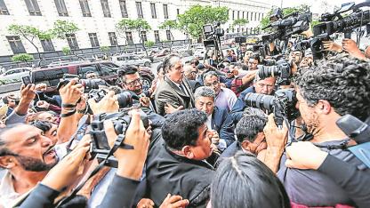 Al entrar. El 17 de noviembre, Ala García ingresó e medio de un revuelo a la embajada uruguaya en Lima.