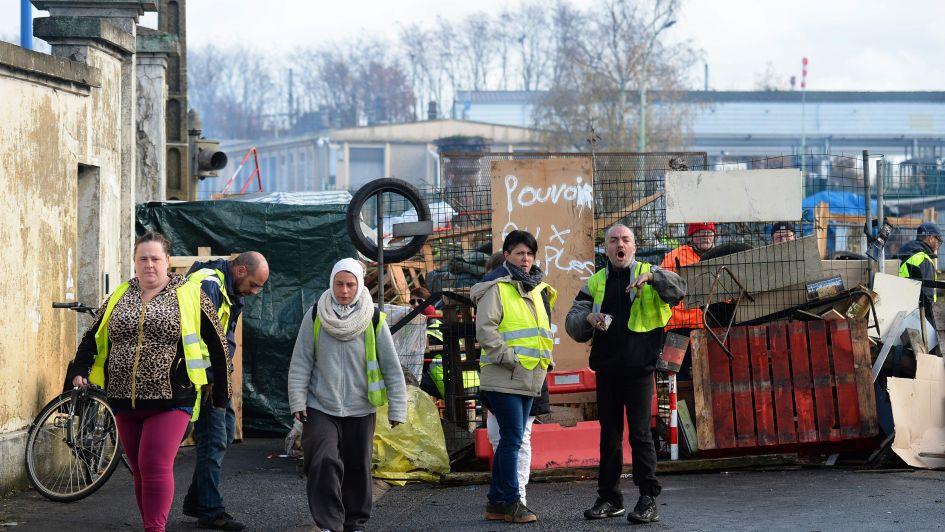 Macron da marcha atrás, pero no calma a los manifestantes en Francia