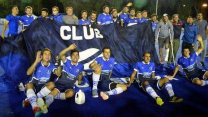 Eternos campeones. Otra vez y una estrella más bajaron los integrantes de la primera del club Azul.