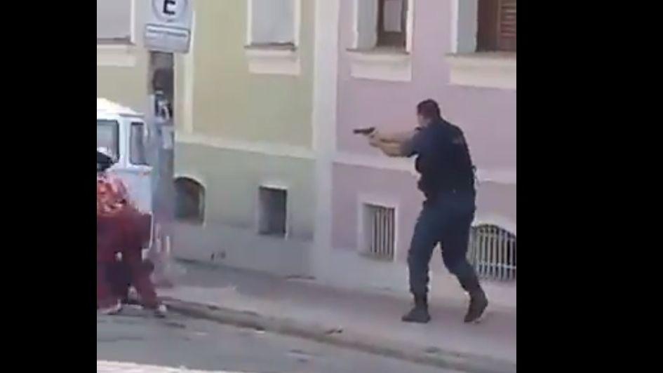 Armas, policía y un video de terror que muestra a Bolsonaro y gente aplaudiendo una muerte