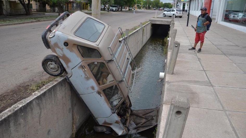 Perdió el control de su auto y cayó a un cauce de riego en San Rafael