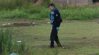 Pericias. Efectivos de Policía Científica rastrearon cada rincón del descampado del barrio Pucará donde el niño fue hallado herido.