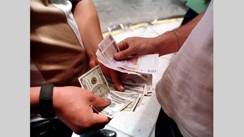 Recesión y tasas altas provocan que el dólar blue sea $ 2 más barato