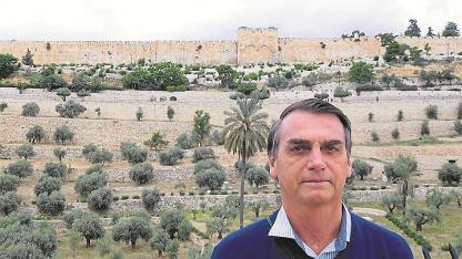 Apoyo a Israel. Días atrás, Bolsonaro posteó esta foto suya frente a la Puerta Dorada de Jerusalén en un viaje de 2016.
