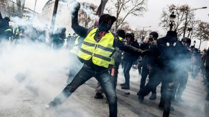 La Policía utilizó gas lacrimógeno en los alrededores de los Campos Elíseos.