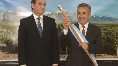 En el poder. El peronista Francisco Pérez le traspasó el mando a Alfredo Cornejo el 9 de diciembre de 2015.