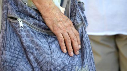Una mujer se hizo pasar por amiga de la familia y aprovechó la situación para sacarle la plata de su bolso.