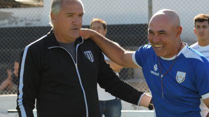 """Bianco se saluda con su colega de Rafaela, el """"Chocho"""" Llop."""