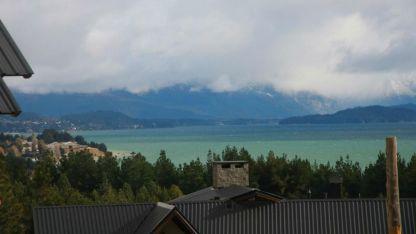 Las aguas del Nahuel Huapi tienen una temperatura que oscila entre los 12 y los 15 grados en esta época del año.