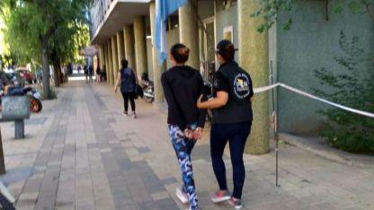 Una de las detenidas es llevada hasta los Tribunales Federales en pleno centro sanrafaelino.