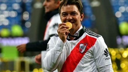 Todavía con el Bernabeu como escenario, la felicidad inocultable del Muñeco luego de la obtención del nuevo trofeo.