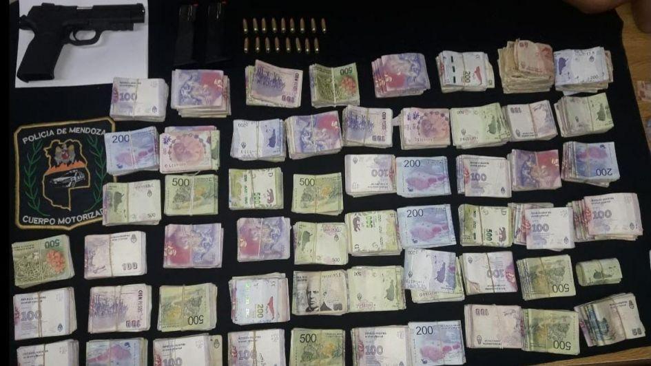 Lo descubrieron en Las Heras con $ 400.000 y una pistola en su auto