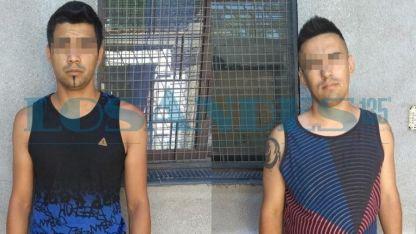 Los detenidos antes de que lograran abrir el portón de una casa.