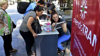 El stand en la Plaza Independencia recibió las quejas de los que usan el transporte.