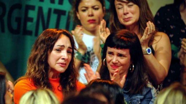 No nos callamos más. Thelma Fardin (izquierda) denunció la violación con el apoyo de sus colegas.