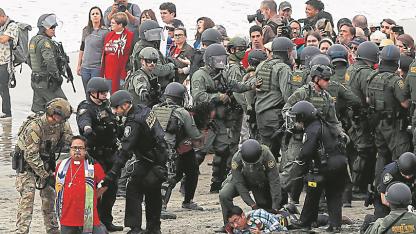 Caos. Días atrás hubo incidentes entre policías e inmigrantes en la frontera Tijuana-San Diego.