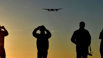 A volar. La nave despegando, conectada a un avión, desde el desierto de Mojave.