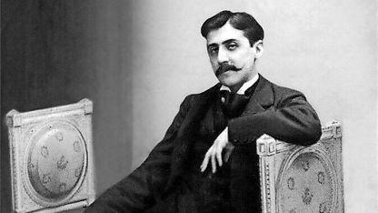 El escritor francés Marcel Proust y la portada original de libro que generó ganancias millonarias.