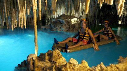 En Xcaret, los visitantes pueden nadar o navegar en un río subterráneo natural con estalactitas.