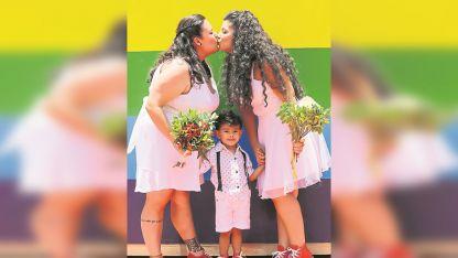 En san pablo. Unas 40 parejas del mismo sexo se casaron ayer.