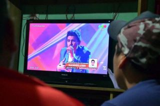 Los familiares de Mario, frente al tele, siguieron el viernes atentos la votación.