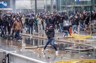 La Policía lanzó agua para dispersar a los manifestantes.