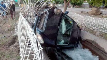 Zambullido en el canal Pavez. Iban tres jóvenes, dos se salvaron, pero al chofer no lo encuentran.