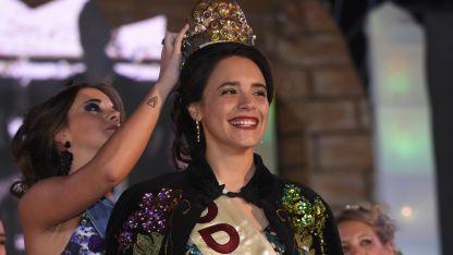 Coronación. Regina recibe sus atributos. Unas 6.000 personas participaron del festejo.