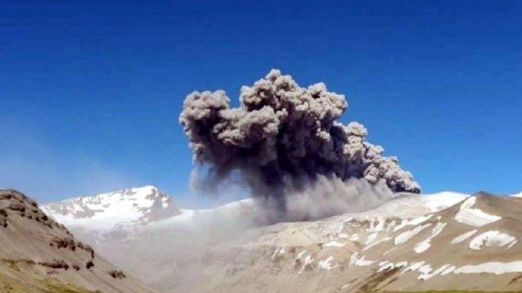 La nube de cenizas del volcán Peteroa  ya se ve desde la ciudad de Malargüe
