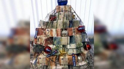 Millonario. El adorno navideño fue realizado con fajos de billetes del Banco Neyva.