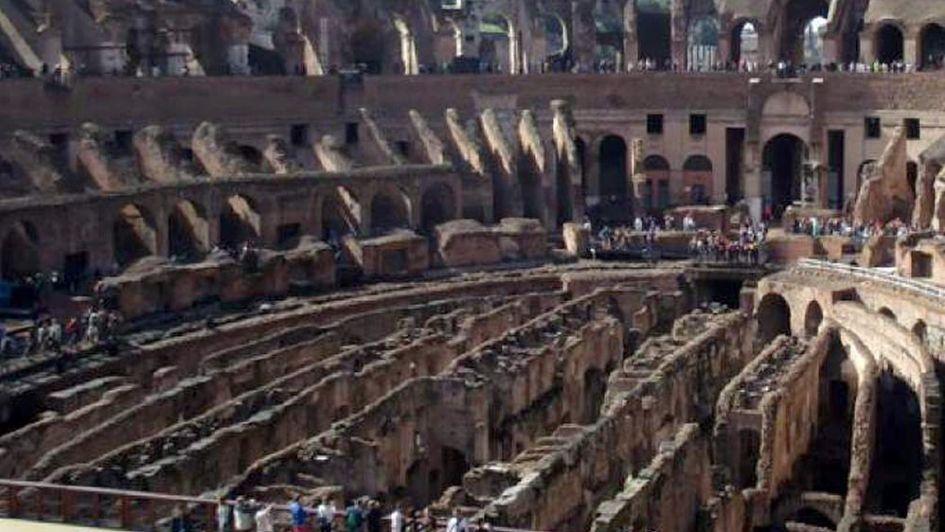 Detuvieron a un turista que quiso robar una piedra del Coliseo romano
