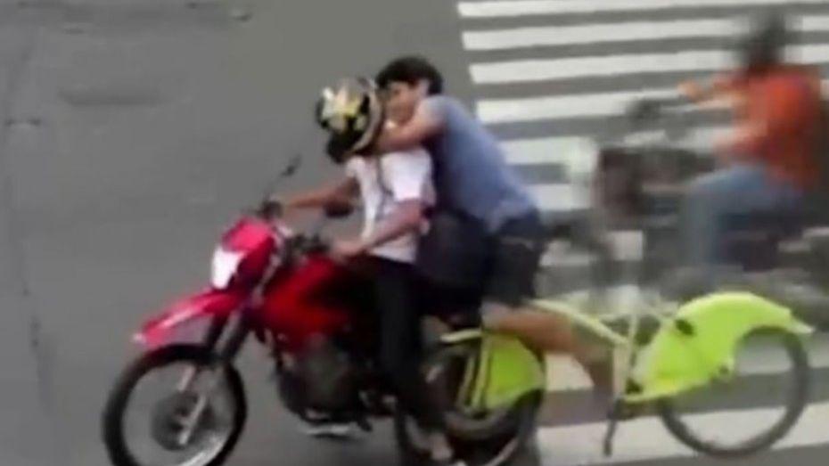 Un ciclista persiguió y agarró del cuello a un motochorro en Recoleta