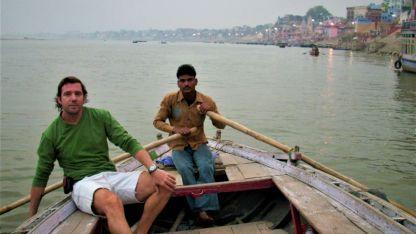 Paseo. En barca por el río Ganges al amanecer, la hora donde se efectúan las cremaciones.