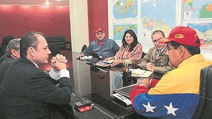 Reunión. Raúl Gorrín junto a Nicolás Maduro y otros miembros del gobierno chavista.