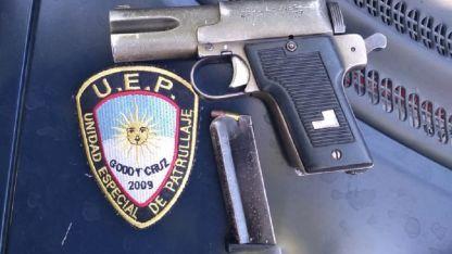 La pistola secuestrada al joven en Godoy Cruz.