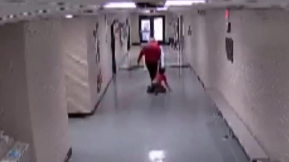 Video indignante: una maestra arrastró a un niño autista por el pasillo de la escuela