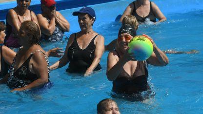 Juegos en la piscina, uno de los momentos más esperados por los participantes.