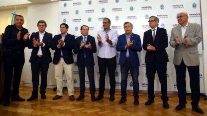 Cornejo y Sica, junto a los representantes gremiales y de las cámaras empresarias.